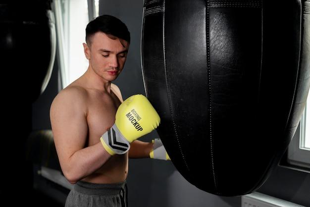 Homme portant des gants de boxe maquette