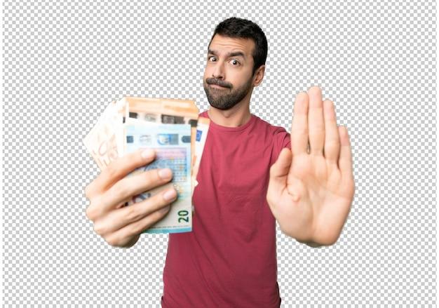 Homme prenant beaucoup d'argent en faisant un geste d'arrêt pour déçu par un avis