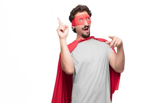L'homme en robe de super-héros a une idée