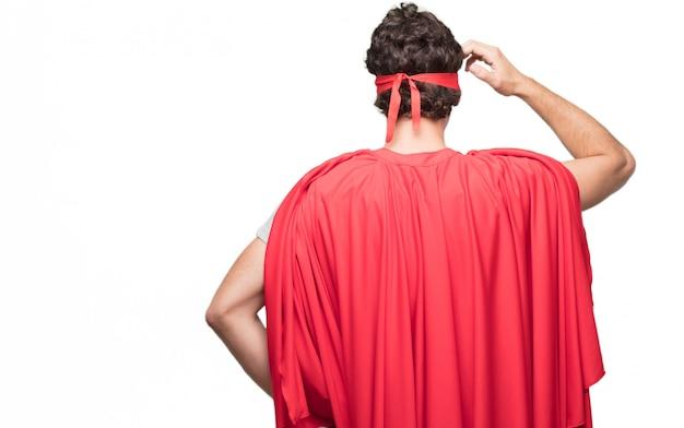 Homme en robe de super-héros par derrière