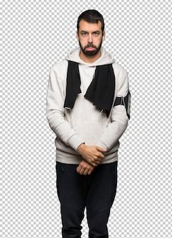 Homme de sport avec une expression triste et déprimée