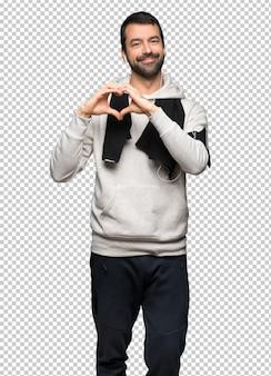 Homme de sport faisant le symbole du coeur à la main