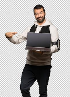 Homme de sport avec ordinateur portable
