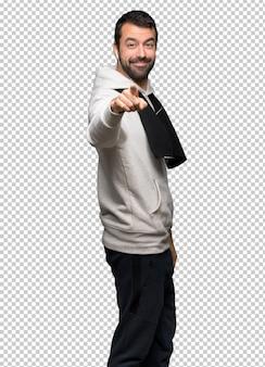 Un homme sportif vous montre du doigt avec une expression confiante