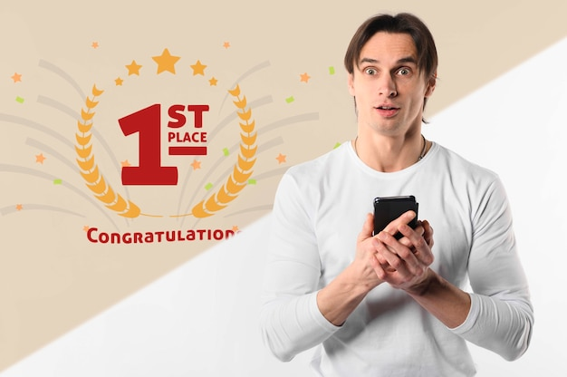 Homme surpris tenant un smartphone