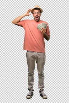 Homme tenant beaucoup de factures avec surprise et expression faciale choquée