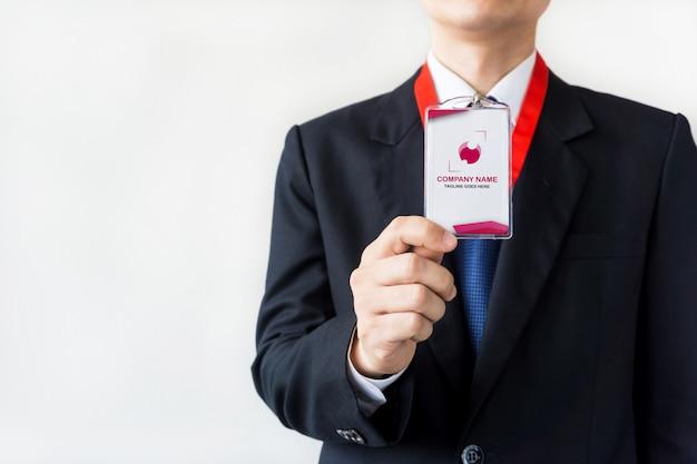 Homme tenant une maquette de carte d'identité