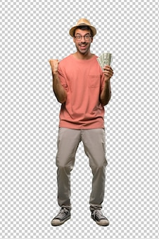 Homme tenant plusieurs billets célébrant une victoire
