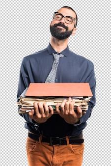 Homme tenant plusieurs notes de collège
