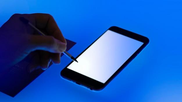 Homme utilisant un écran de téléphone portable vierge