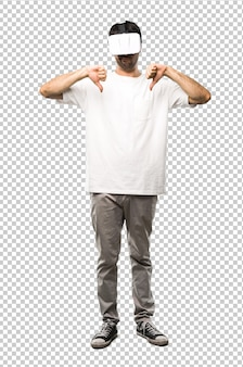 Homme utilisant des lunettes de réalité virtuelle montrant le pouce avec les deux mains