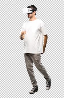 Homme utilisant des lunettes de réalité virtuelle à pied. geste geste