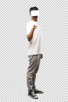 Homme utilisant des lunettes de réalité virtuelle pointant vers l'avant