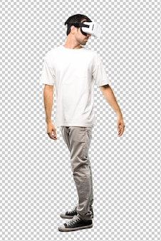 Homme utilisant des lunettes de réalité virtuelle