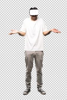 Homme utilisant des lunettes vr faisant un geste sans importance et doutant