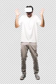 Homme utilisant des lunettes vr faisant un geste de surprise