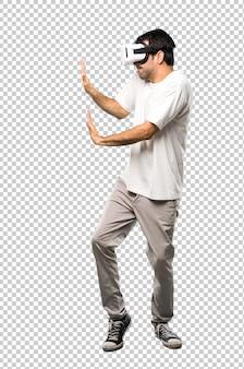 Homme utilisant des lunettes vr poussant quelque chose
