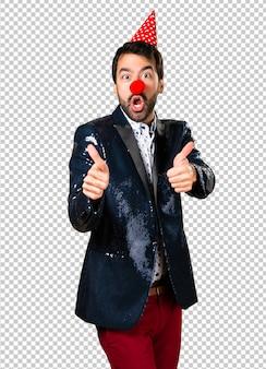 Homme avec veste à nez de clown
