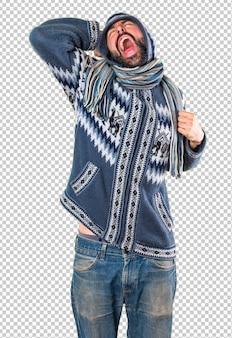 Homme avec des vêtements d'hiver bâillant