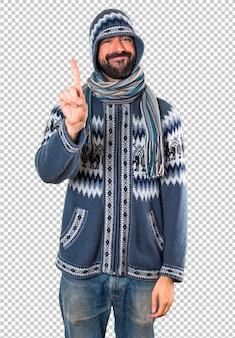 Homme avec des vêtements d'hiver en comptant un
