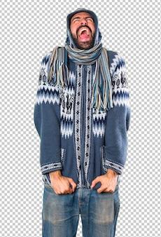 Homme avec des vêtements d'hiver en criant