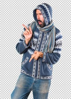 Homme avec des vêtements d'hiver dansant