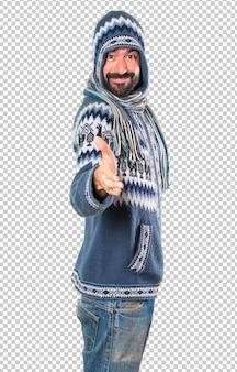 Homme avec des vêtements d'hiver faisant une affaire
