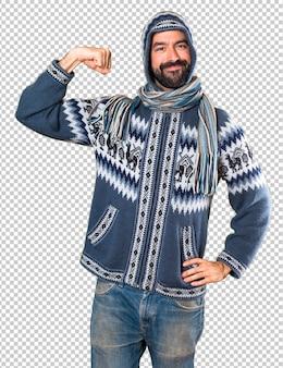 Homme avec des vêtements d'hiver fait un geste fort