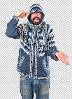 Homme avec des vêtements d'hiver fait un geste fou
