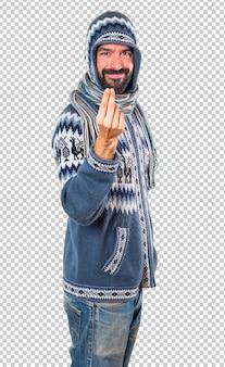 Homme avec des vêtements d'hiver, geste d'argent