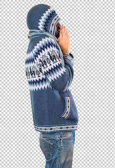 Homme avec des vêtements d'hiver implorant