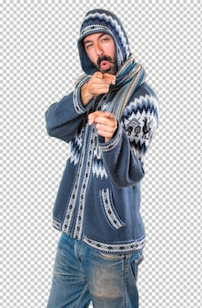 Homme avec des vêtements d'hiver pointant vers l'avant