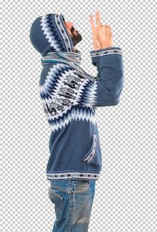 Homme avec des vêtements d'hiver pointant vers le haut