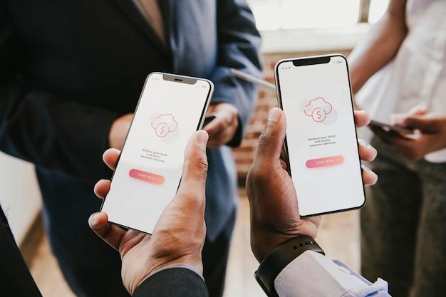 Hommes d'affaires synchronisant les données de leurs téléphones