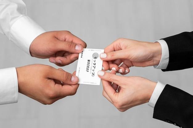 Hommes de grand angle tenant des cartes de visite maquette