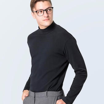 Hommes avec maquette de pull à col roulé avec pantalon gris