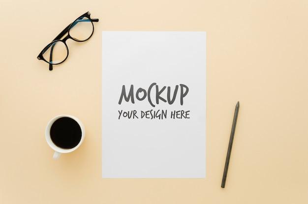 Idée de maquette minimaliste avec une tasse de café