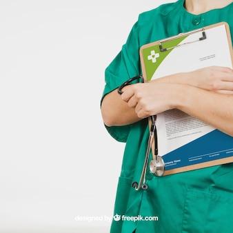 Infirmière tenant le tableau avec un document