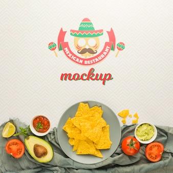 Ingrédients encadrant la maquette de restaurant mexicain