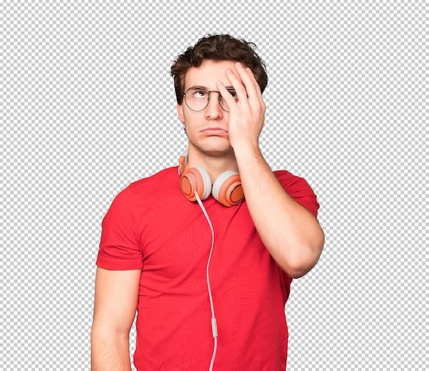 Inquiet Jeune Homme à L'aide D'écouteurs PSD Premium