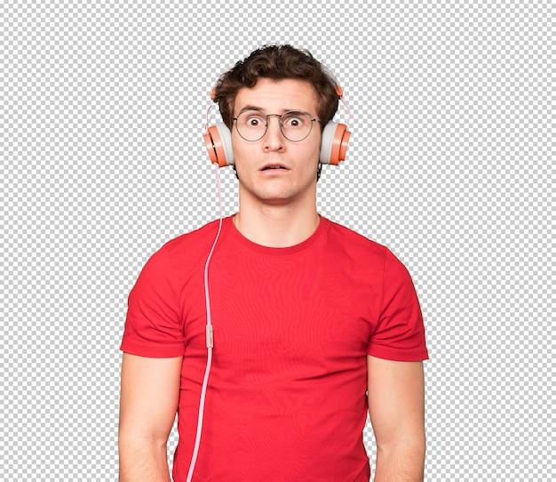 Inquiet jeune homme à l'aide d'écouteurs