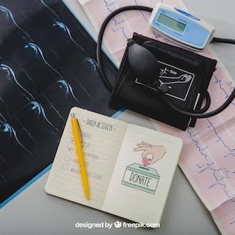 Instruments médicaux et maquette de cahier