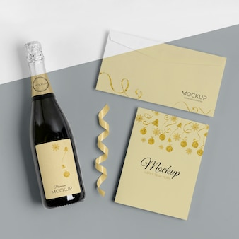Invitation de maquette de bouteille de champagne et enveloppe