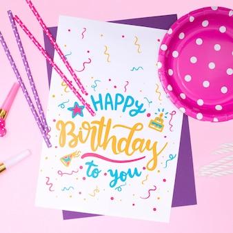Invitation de maquette de joyeux anniversaire avec des confettis et une assiette