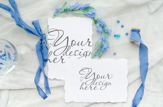 Invitation de mariage bleu maquette définie avec ruban de soie, cristaux et couronne de mariée
