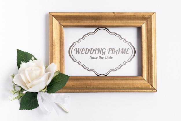 Invitation de mariage de cadre en bois avec rose