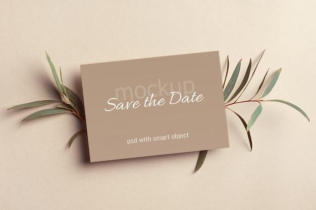 Invitation de mariage ou maquette de carte de voeux avec des brindilles d'eucalyptus