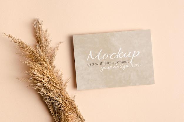 Invitation de mariage ou maquette de carte de voeux avec des décorations d'herbe sèche