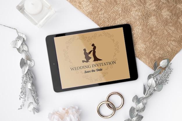 Invitation de mariage mignon sur une tablette
