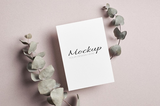 Invitation stationnaire ou maquette de carte de voeux avec des brindilles d'eucalyptus sèches